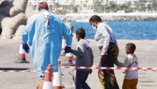 Helfer des Roten Kreuzes kümmern sich um die Erstversorgung der Flüchtlinge. Foto: EFE