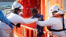 Das Rote Kreuz berichtet, dass immer mehr Frauen – auch Schwangere – mit kleinen Kindern ankommen, denen die Strapazen der Überfahrt besonders zusetzen. Foto: EFE