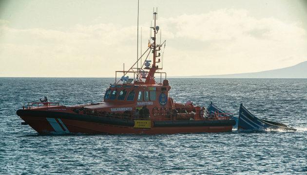 Ein Schiff der Seenotrettung am 2. September auf dem Weg nach Lanzarote. Die über 60 Insassen der beiden Fischerboote, die von den Rettern abgeschleppt werden, konnten sicher an Bord genommen werden. Foto: EFE