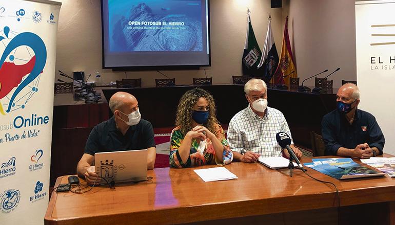 Cabildo-Präsident Alpidio Armas (2.v.r.) und die Leiterin des Tourismusamtes bei der Pressekonferenz, in der sie die 25. Ausgabe des Unterwasserfotografie-Wettbewerbs ankündigten. Foto: cabildo de el hierro