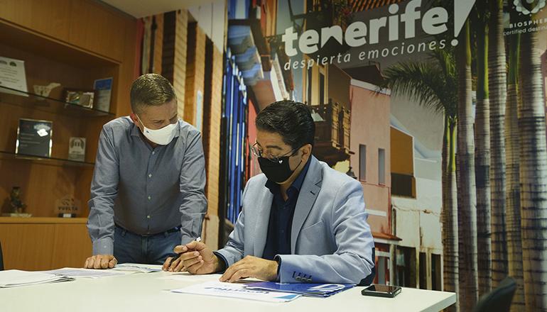 Cabildo-Präsident Martín (r.) und der Leiter des Tourismusamtes, David Pérez, feilen an einem attraktiven Ausflugsprogramm, das den Teilnehmern ein besseres Kennenlernen der Insel ermöglicht. Foto: Cabildo de Tenerife
