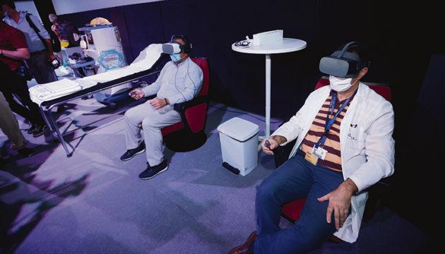 Das Virtual Reality-Video wurde im Museo Elder in Las Palmas vorgestellt. Als Erste sahen sich der Direktor des Servicio Canario de Salud, Conrado Domínguez (l.), und Museumsdirektor José Gilberto Moreno das Video an. Foto: EFE