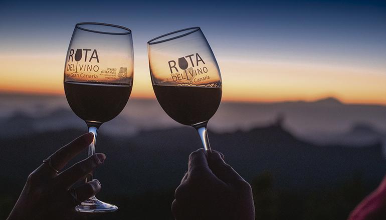 """Der spanische Verband der Weinstädte hat diesen Sommer die Zertifizierung der """"Ruta del vino"""" von Gran Canaria genehmigt, die damit die erste Weinstraße der Kanaren ist. Die Inselverwaltung hatte sich mehrere Jahre darum bemüht, ein neues touristisches Produkt zu schaffen, das die Weiterentwicklung des Weinsektors auf der Insel fördert. www.rutadelvinodegrancanaria.org"""