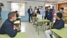 Präsident Ángel Víctor Torres (r.) unterhielt sich mit einigen Schülerinnen und Schülern der Oberstufe der Schule IES Garoé in Valverde. Foto: efe