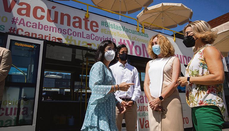 Die spanische Gesundheitsministerin Carolina Darias besuchte einen der beiden Impfbusse, die seit einigen Wochen auf den Kanaren unterwegs sind, um ein noch einfacheres und flexibleres Impfangebot zu machen. Die Impfbusse sind auf Teneriffa und Gran Canaria unterwegs. Wann sie wo stationiert sind, wird regelmäßig über die Facebookseite des kanarischen Gesundheitsressorts – Sanidad Gobcan – bekannt gegeben. Foto: EFE
