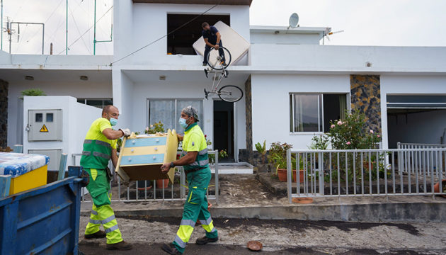 Menschen versuchen verzweifelt, wenigstens einen Teil ihres Hausrats zu retten. Fotos: EFE