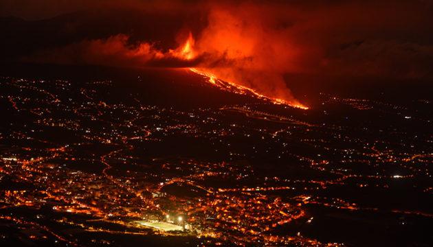 Auf La Palma hört die Erde nicht auf zu beben. Die Menschen werden auch in der Nacht immer von neuen Erschütterungen aufgeschreckt. Das Ausmaß der Katastrophe ist noch nicht absehbar, ebenso wenig die Dauer der Eruption. Foto: EFE
