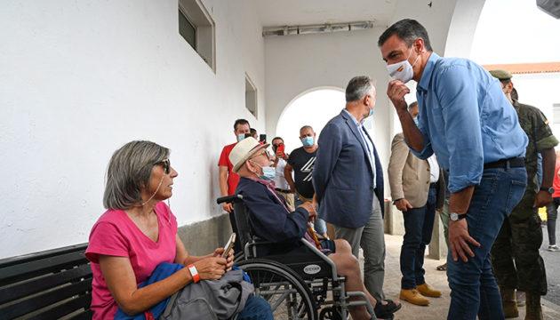 Präsident Pedro Sánchez sprach mit Betroffenen in Notunterkünften. Fotos: EFE