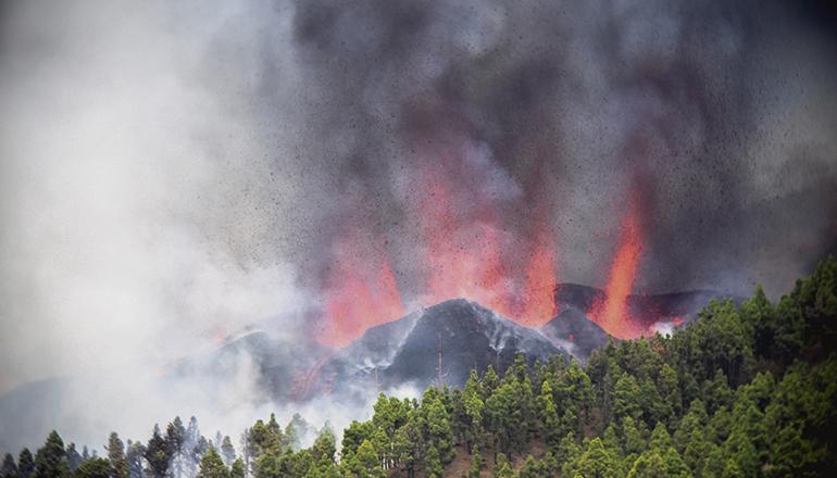 Am 19. September brach am Cumbre Vieja die Erde auf. Aus acht Schloten schießt Feuer und glühendes Gestein. Wie lange die Eruption dauern wird, vermag niemand vorherzusagen. Der letzte Vulkanausbruch vor genau 50 Jahren, der des Teneguía, dauerte knapp einen Monat. Foto: EFE