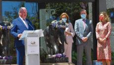 Wolfgang Kiessling während seiner Ansprache zur Eröffnung. Rechts daneben seine Frau Brigitte, sein Sohn Christoph und Enkeltochter Cybell Foto: moisés pérez