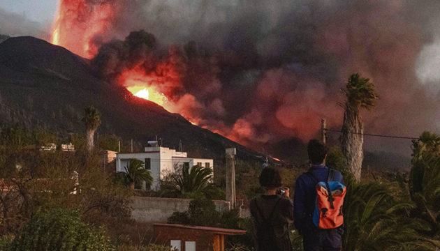 Die Eruption fasziniert einerseits als Naturschauspiel und entsetzt andererseits durch ihre zerstörerische Gewalt.