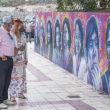 """Ein Symbol für Chancengleichheit in Adeje. Bürgermeister Fraga betrachtet stolz das Gemälde, räumt aber ein, dass auf dem Gebiet der Gleichberechtigung """"noch ein langer Weg vor uns liegt"""". Foto: ayunta"""
