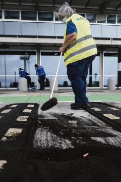 Der Flughafen von La Palma musste vor der Wiederaufnahme des Betriebs gründlich gereinigt werden. Foto: EFE