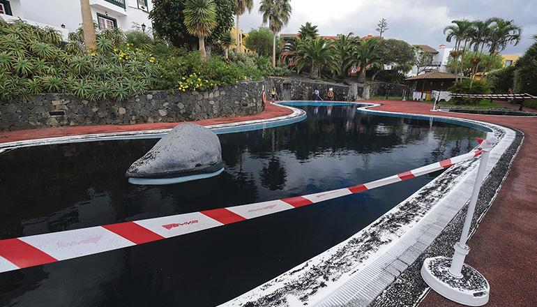 Reinigungsarbeiten in einem Hotelpool in Santa Cruz de La Palma. Die Vulkanasche schadet dem Filtersystem. Foto: EFE