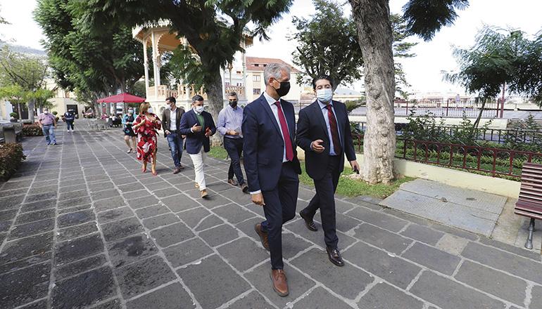 Der Bürgermeister von La Orotava (l.) und der Präsident des Cabildos im Stadtzentrum Foto: Cabildo de Tenerife