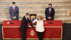 König Felipe überreichte Angela Merkel den Preis fürihreVerdienste um die europäische Einigung im Beisein von Präsident Pedro Sánchez (l.) und dem Präsidenten der Regionalregierung von Extremadura, Guillermo Fernández Vara. Foto: EFE