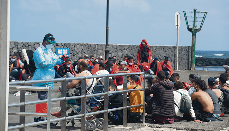 Ankunft von Migranten auf Lanzarote Ende September. Corona-Sicherheitsmaßnahmen werden eingehalten: Die Ankömmlinge erhalten Masken, und es wird ihnen die Temperatur gemessen. Foto: efe