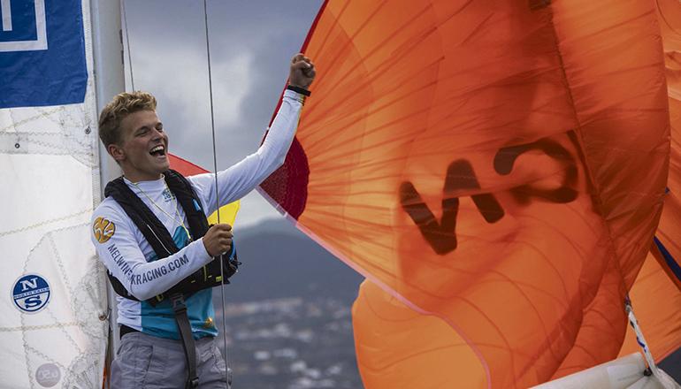 Melwin Fink nach der Ankunft auf der Insel. Er segelte in zehn Tagen und 35 Minuten von Les Sables d'Olonne nach Santa Cruz de La Palma. Foto: Mini Transat EuroChef 2021-Alexis Courcoux