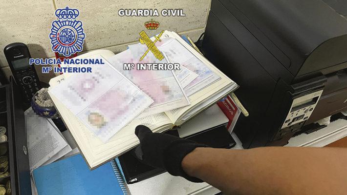 Migranten versuchen nicht selten, mit gefälschten Ausweisdokumenten auf das spanische Festland weiterzureisen. Foto: Policía Nacional