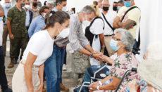 In Los Llanos de Aridane sprach das Königspaar, das von Regierungschef Sánchez und dem kanarischen Präsidenten Torres begleitet wurde, mit Evakuierten, die ihre Häuser verloren haben. Fotos: EFE / Casa Real