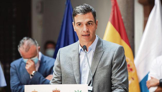 """Präsident Pedro Sánchez versprach bei seinem dritten Besuch seit Beginn des Vulkanausbruchs auf La Palma ein """"starkes Hilfspaket"""" für den Wiederaufbau der Insel und sprach auch persönlich mit Betroffenen. Foto: EFE"""