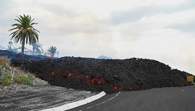 Mehr als 20 Kilometer Straßen wurden zerstört. Der Lavastrom überquerte zahlreiche Straßen, die nun unpassierbar sind. Foto: EFE