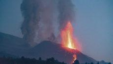 Mit Entwarnung ist vorerst nicht zu rechnen. Das eindrucksvolle Foto vom 17. Oktober zeigt, mit welcher Intensität der Vulkan Asche und Lava ausspuckt. Foto: EFE