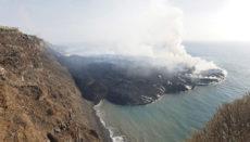 Die erkaltende Lava formt an der Küste von Tazacorte eine Landzunge, die mit jedem Tag größert wird. Foto: EFE