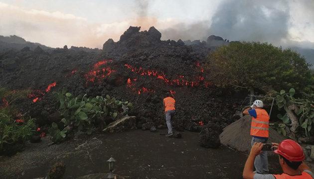 Wissenschaftler entnahmen der Lava Proben zu Analysezwecken
