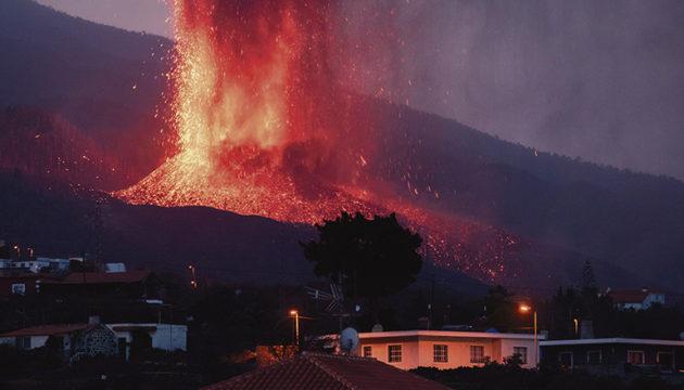 14 Tage nach Beginn der Eruption stürzte der Vulkankegel teilweise in sich zusammen, und der Austritt von Magma verstärkte sich.