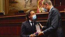 Die Medaille wurde vom Parlamentspräsidenten Gustavo Matos in Empfang genommen. Foto: © Casa de S.M. el Rey